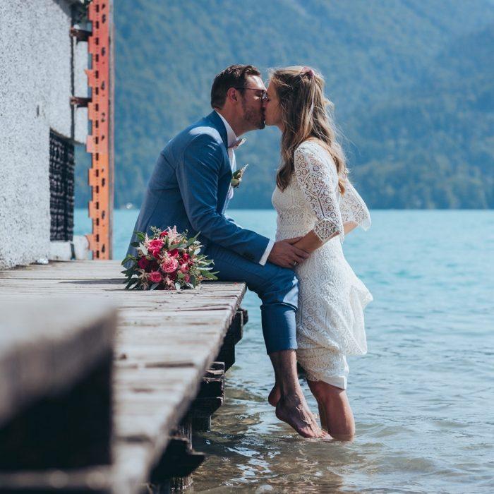 Brautpaar küsst sich am Steg